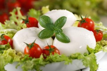 mozzarella-di-bufala-italiana-con-pomodorini-di-pachino