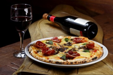 El acompañante ideal de la pizza, un buen vino pizzeria rurale